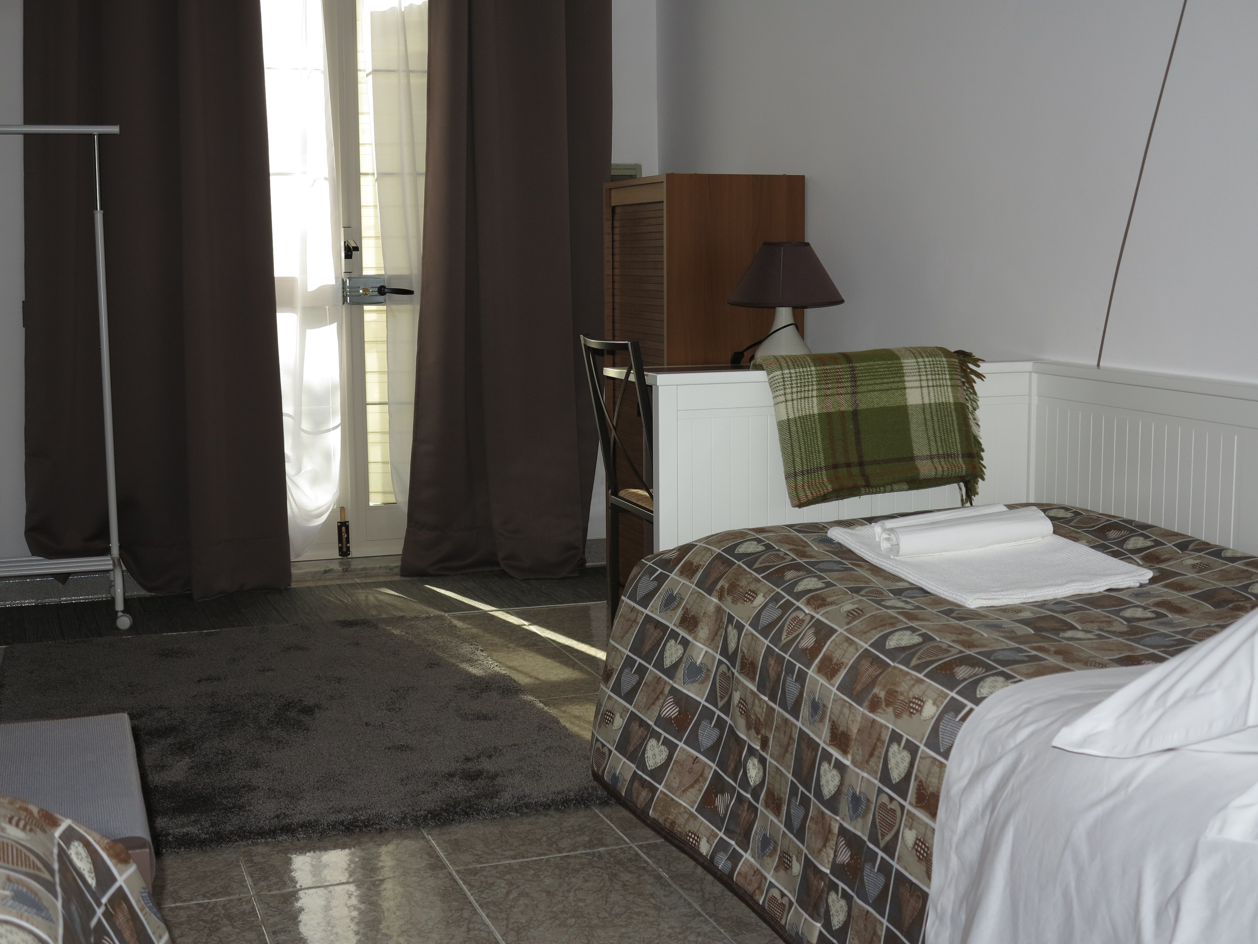 porta ingresso vista piscina divano letto aggiunto scrivania sedia scarpiera abat-jour