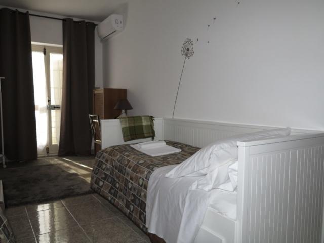 ingresso esterno condizionatore soffione tende oscuranti scrivanoia sedia abat-jour divano letto aggiunto tappeto