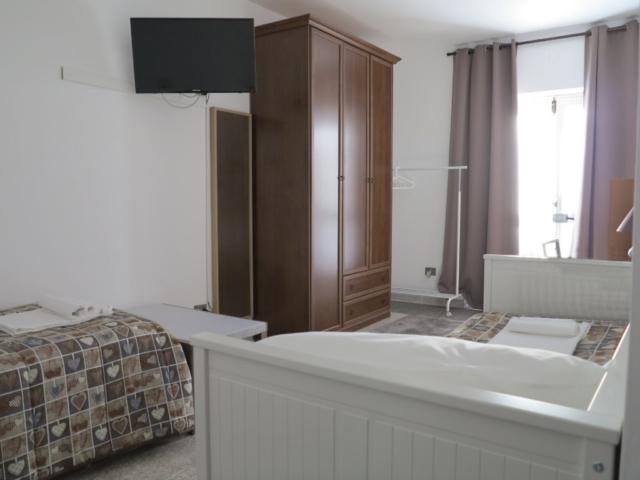 smart tyv letto singolo poggiavaligia specchio armadio appendiabiti tende oscuranti ingresso esterno divano letto aggiunto