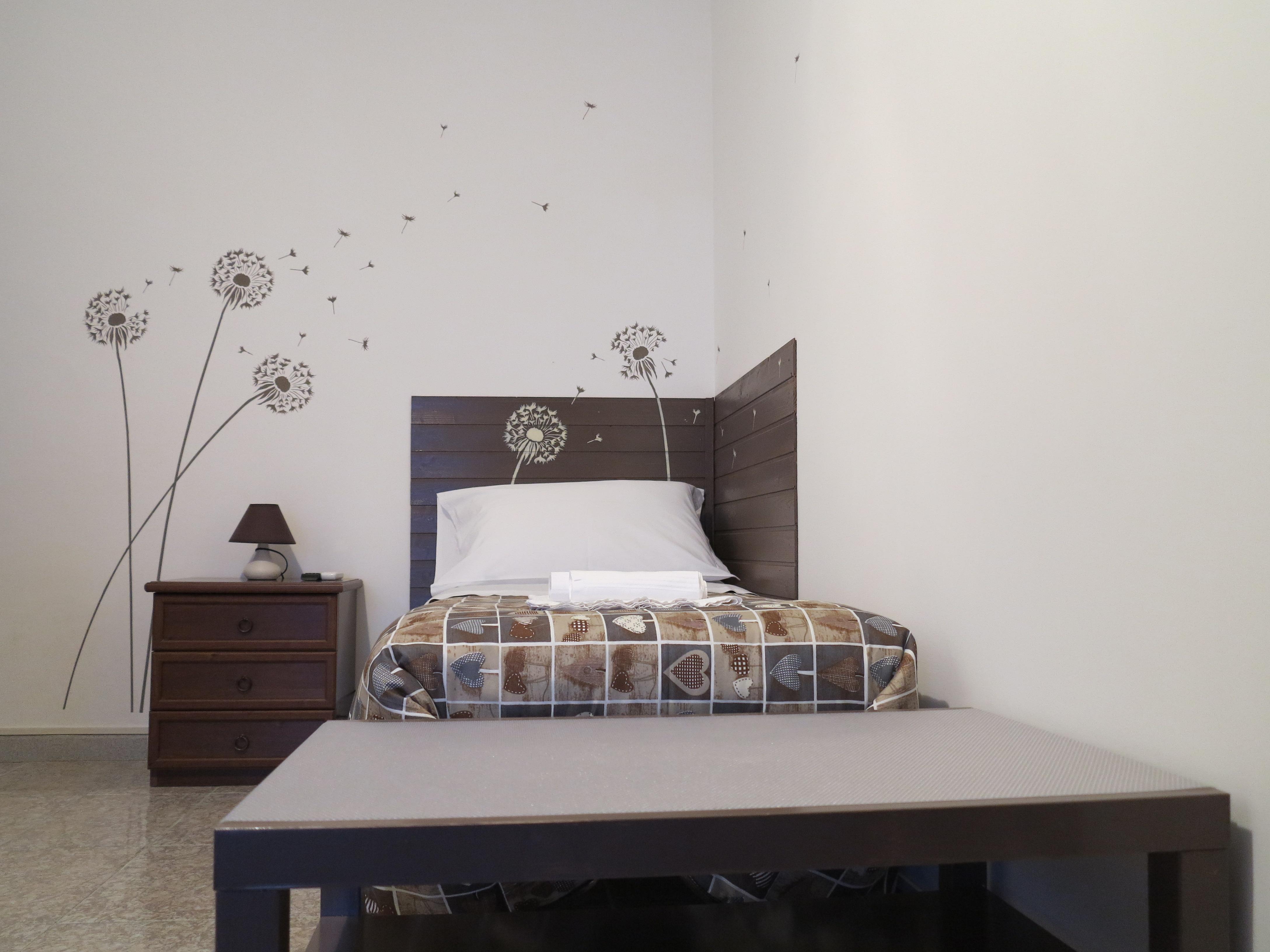 Letto stanza Maria poggia valigia camera singola doppia bagno ingresso indipendente