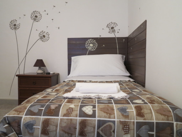 letto comodino stanza Maria camera singola doppia con bagno ingresso indipendente