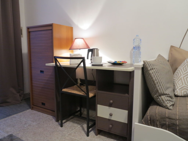 abat-jour scrivania dipinta a mano  stanza Maria biancocancello camera singola doppia bagno ingresso indipendente