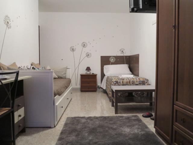 letto divano scrivania comodino tappeto  stanza Maria biancocancello camera singola doppia bagno ingresso indipendente