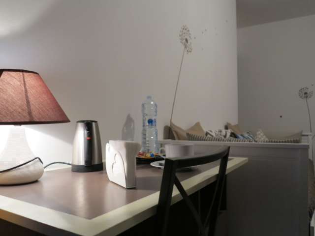 scrivania abat-jotur divano notturno  stanza Maria biancocancello camera singola doppia bagno ingresso indipendente